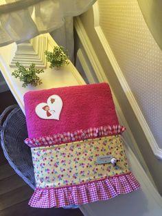Caperucita Roja: Toalla fucsia. Christmas Stockings, Basket, Chair, Holiday Decor, Bb, House, Home Decor, Turkish Towels, Beach Towel