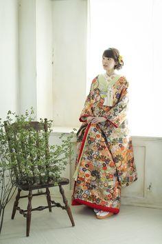 牡丹や菊など、四季折々の草花が、着物の色が見えないほどところ狭しとあしらわれた、お花尽くしの色打掛。着物全体に草花があしらわれ、実に豪華な一着です。美しい文様でいっぱいの、おめでたい日にぴったりの一着です。 古典柄/ゴージャス/かわいい 万寿菊/花丸をあしらった色打掛 唐織秋桜 赤/オレンジ/朱 白無垢・色打掛をはじめとした結婚式の花嫁衣装を、格安でレンタルできる結婚式着物レンタル専門店【THE KIMONO SHOP−ザ・キモノショップ】古典的な着物や引振袖・紋付袴など婚礼衣装を幅広く取り揃えております【新宿・東京・大阪・福岡】