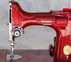 A gorgeous vintage Singer Featherweight sewing machine, refurbished in red. Sewing Patterns Free, Free Sewing, Retro, Featherweight Sewing Machine, Red Cottage, Antique Sewing Machines, Sewing Rooms, Sewing Projects For Beginners, Shades Of Red