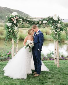 Happy One Year to this sweet couple! Wishing you all the best and many more lovely years.  Planning and Design: @goldleafevent  Florals: @carolynsflowers  Venue: Private Estate; Aspen, CO Dress: @moniquelhuillierbride  Hair & Makeup: @salontullioaspen @fullcircleaspen  http://gelinshop.com/ipost/1524732870927764969/?code=BUo8He9As3p