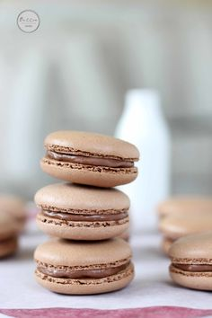 A step-by-step recipe for making your own macarons with a delicious chocolate hazelnut filling. Non Plus Ultra, Naked Cake, Macaron Recipe, Macaron Cookies, Chocolate Hazelnut, Macarons Chocolate, Almond Recipes, Nutella, Food Processor Recipes