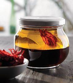 Aderezo de jamaica Ingredientes 1/2 taza de flores de jamaica 1 cucharada de miel 1/4 de taza de vinagre de manzana 2/3 de taza de aceite de oliva Sal y pimienta Preparación 1. Hierve la jamaica con 2/3 de taza de agua hasta que se reduzca a dos cucharadas. Cuélala.  2. Mezcla la reducción de jamaica con el resto de los ingredientes en un frasco y revuelve.