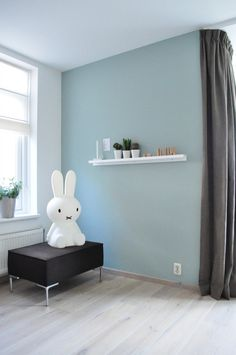 Early dew on the wall Green Interior Design, Interior And Exterior, Dix Blue Farrow And Ball, Home Suites, Spare Room, White Bedding, Wall Colors, Colorful Interiors, Home And Living