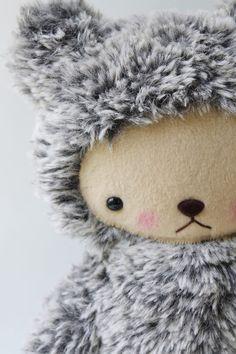 Det är svårt att hitta en originell nalle men den här bedårande teddybjörnen kvalar lätt in. Design av Bijou Kitty.