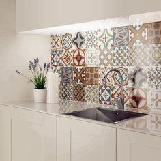 Patchwork Wandfliesen für eine weiße Küche