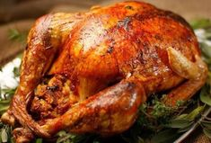La cena navideña se caracteriza por tener de plato de fondo un pavo relleno al horno (el más popular), lechón o gallina
