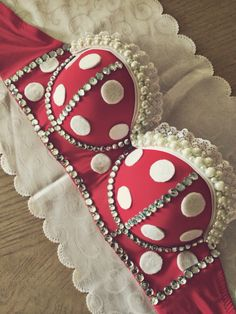 Omg i loveeee this! Minnie Mouse rave bra with pearls and rhinestones Rave Festival, Festival Wear, Festival Outfits, Festival Fashion, Festival Caps, Electric Daisy Carnival, Raves, Edc, Decorated Bras