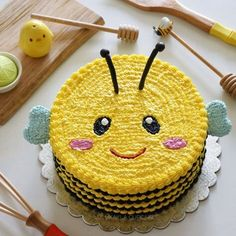 Bild könnte enthalten: Lebensmittel – – Rebel Without Applause Cake Decorating Techniques, Cake Decorating Tips, Bee Cakes, Cupcake Cakes, Cupcakes, Buttercream Cake Designs, Cake Icing, Bee Birthday Cake, Cupcake Kitchen Decor