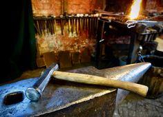 Diesen Hammer in asiatischer Form habe ich geschmiedet. Er entwickelt sehr viel Bums auf kleiner Fläche und hat mir bei Richtarbeiten schon gute Dienste erwiesen. Den Stiel haben wir aus einem mitgebrachten Lorbeerholz gefertigt. Es macht Spaß mit diesem neuen Werkzeug zu arbeiten.