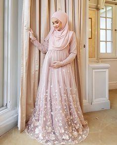 2587 Likes 6 Comments Ziya Zaren Magazine ( on Instagra Hijab Prom Dress, Muslimah Wedding Dress, Hijab Style Dress, Muslim Wedding Dresses, Muslim Dress, Event Dresses, Bridesmaid Dress, Dress Brokat Muslim, Niqab