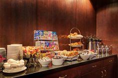 Bufé de desayuno continental gratuito servido todas las mañanas en la Reading Room