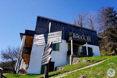 """Haus BRIOL in Südtirol. Wir waren bei den Dreharbeiten mit dabei mit Servus TV. Das Format """"Heimatleuchten"""" setzt auf ein neues Heimatgefühl – Altes trifft auf Neues, Tradition auf Innovation und Brauchtum auf Moderne. Und das wird umrahmt von wunderschönen Aufnahmen, spektakulären Bildern und berührenden Lebensgeschichten.  #suedtirol #servustv #briol #urlaub #wandern #hierwohntdasglueck #tradition #ausflug #carinthia #kärnten #blog Servus Tv, Hotels, Broadway Shows, Outdoor Decor, Innovation, Blog, Home Decor, Europe Travel Tips, Nice Apartments"""