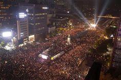 en directo: '¡Renuncia, criminal!': Decenas de miles de surcor...