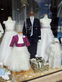 Tiendas online donde comprar ropa de Primera Comunión en USA: Escaparate con trajes de comunión para niños y niñas.