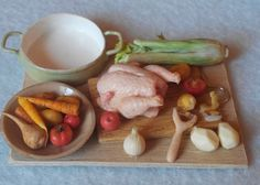Chicken with vegetables Miniature Kitchen, Miniature Crafts, Miniature Food, Miniature Dolls, Barbie Food, Doll Food, Tiny Food, Fake Food, Accessoires Barbie