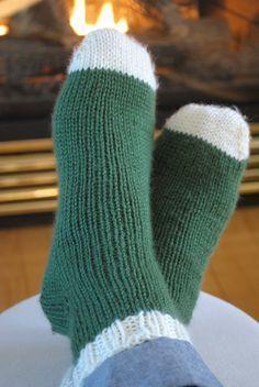 Voici les instructions pour tricoter des bas à partir de la pointe du pied avec un talon est double. Pour vous aider, j'ai fait une vidéo qui vous montre chacune des étapes. Tout d'abor… Double Knitting, Loom Knitting, Knitting Socks, Knitting Needles, Knit Socks, Knitted Slippers, Knitted Hats, Cute Crochet, Knit Crochet