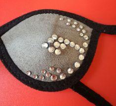 Deze Eye Patch stof met stras steentjes is gemaakt op speciaal verzoek voor een iets meer vrouwelijke uitstraling