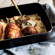 Alles aus einer Form: Diese Hähnchenfilets werden mit Spinat und Parmesan gefüllt, in Schinken gewickelt und von Pilzen in würziger Sahnesauce begleitet. Tasty Dishes, Low Carb, Bbq, Pork, Food And Drink, Chicken, Meat, Dinner, Cooking