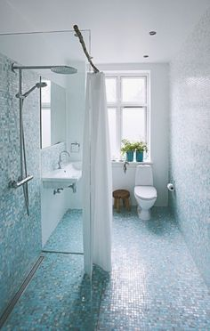 A minimalistic, yet very courageous bathroom with mosaics from Italian Bisazza. Notice that the mosaics are getting brighter at the top.
