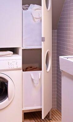 Un lavadero con estantes de pared blancos cajas de - Lavaderos ikea ...
