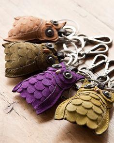 cute leather owl key rings or zipper pull Leather Art, Leather Jewelry, Diy Sac, Felt Owls, Owl Crafts, Leather Flowers, Cute Owl, Leather Projects, Leather Keychain