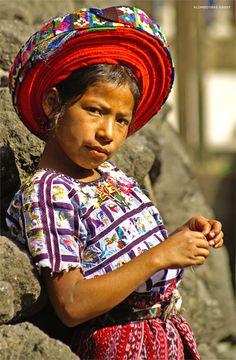 Guate360.com | Fotos de Niños de Guatemala - Niña de Guatemala con Tocoyal en Santiago Atitlán