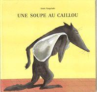 Le loup de cette histoire va de maison en maison avec dans un sac un caillou pour faire… de la soupe au caillou.