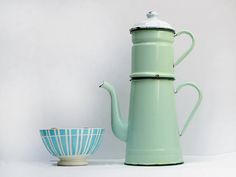Completed French vintage mint green enamel coffee pot. Delightful light green pastel color   Add a touch of French charm to your kitchen with this beautiful It is really surprising by his pretty proportion, and will not leave indifferent.  Its shabby chic color is very easy to match with other items and with wood,or in a colored kitchen décor, it is timeless.  A great add in your décor, beautiful color to put on a table or shelf, or just on the window ...   Despite a sizeable wear, due to…