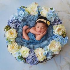 Floral newborn picture - perfect for Lakelyn :) Baby Poses, Newborn Poses, Newborn Shoot, Newborn Photo Props, Newborns, Newborn Pictures, Baby Pictures, Children Photography, Newborn Photography
