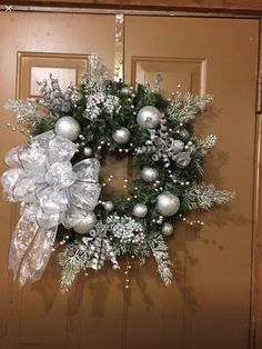 Pin on Evergreen wreaths Christmas Wreaths For Windows, Christmas Candle Decorations, Christmas Flower Arrangements, Christmas Ornament Wreath, Cool Christmas Trees, Holiday Wreaths, Christmas Crafts, Elegant Christmas, Decoration Table