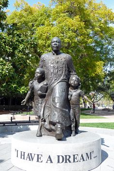 This statue is beautiful and encompasses all that Dr. King believed in. This is a perfect depiction of the action he wanted to promote. I love this statue and it feels incredibly well thought out. Statues, Martin Luther King Jnr, Black History Facts, African American History, American Women, King Jr, My Idol, Street Art, Graffiti