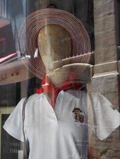 Maniquí con vestuario tradicional en blanco y rojo Pamplona, Traditional