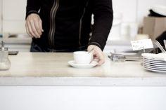 Für Kaffee Connaisseurs ist die kaffeefabrik im 4. Wiener Bezirk schon seit Langem eine Anlaufstelle für guten Kaffee. Als einer der ersten Vertreter der Third Wave Coffee Bewegung in Wien ist das Lokal nach wie vor gut besucht – die Lage direkt neben Gebäuden der Technischen Universität ist sicher auch ein Grund. Coffee Places, Lokal, Best Coffee, Vienna, Cafeterias