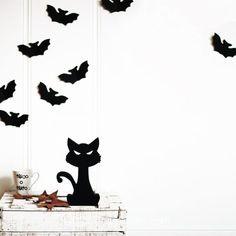 Un lindo gatito con una mirada malvada que será el protagonista de tu decoración este Halloween. Batman, Superhero, Fictional Characters, Art, Halloween Cat, Cute Kittens, Concept, Minimalist, Wicked