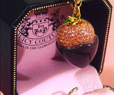 Juicy Couture Chocolate-covered Strawberry charm Very cute Slvh❤ Cute Jewelry, Charm Jewelry, Jewelry Accessories, Fashion Accessories, Weird Jewelry, Pandora, Juicy Couture Charms, Just Dream, Perfume