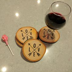 Love these rustic coasters! Rustic Coasters, Wooden Coasters, Wood Burning Crafts, Wood Burning Art, Woodworking For Kids, Woodworking Projects, Diy Wood Projects, Wood Crafts, Wood Burn Designs