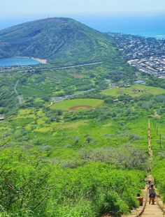 Koko Head Hike stairs with view of Hanauma Bay and ridge trail, Oahu Hawaii hiking trails: For US hiking trails in Hawaii, tons of hikes on Oahu to choose during Hawaii vacation! Doing the best hiking trails on Oahu also gives you other things to do with nearby beaches for swimming, snorkeling, and to see turtles! List of planning tips for when in Waikiki or Honolulu. Outdoor travel destinations for the bucket list for budget adventures! Put outfits and hiking gear on the packing list!