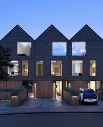 Casa de und solo piso, präsentiert eine fachada que combina Madera y Ladrillo - Architektur Haus - Moderne Häuser Arch House, House Roof, Facade House, Residential Architecture, Contemporary Architecture, Interior Architecture, Luxury Interior, Modern Townhouse, Townhouse Designs