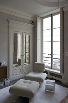 Foto Ambroise Tézenas per Living Interior Styling, Interior Decorating, Joseph Dirand, Victorian Bedroom, Paris Apartments, Chair And Ottoman, Bathroom Interior Design, Interior Architecture, Living Spaces