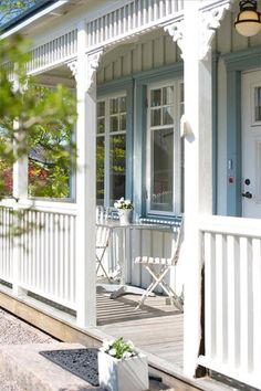 Lovely Veranda Design Ideas For Inspiration design, 40 Lovely Veranda Design Ideas For Inspiration - Bored Art Cottage Porch, Beach Cottage Style, White Cottage, Cozy Cottage, Cottage Living, Coastal Cottage, Cottage Homes, House Porch, Cottage Farmhouse