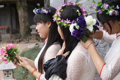 Etudiantes vietnamiennes au temple de la littérature ajustant leur couronnes de fleurs avant selfie. Hanoi, Bridesmaid Dresses, Wedding Dresses, Temple, Crown, Selfie, Fashion, Flower Crowns, Crowns
