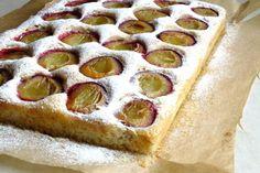 Prăjitură rapidă cu prune. Excelent de gustoasă si poate fi facuta cu ingrediente putine • Gustoase.net Hot Dog Buns, Hot Dogs, Thing 1, Pepperoni, Bread, Food, Brot, Essen, Baking