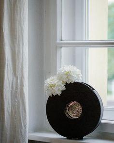 VASEN-TICK: Eine tolle Vase ist wie schöne Schuhe oder eine nette Handtasche, oder? Setzt gleich Akzente und der Rest kann schlicht bleiben. 😇 Ikebana, Amaryllis, Rest, Lilac Bushes, Tulips, Round Vase, Decorating Ideas, Creative, Cut Flowers