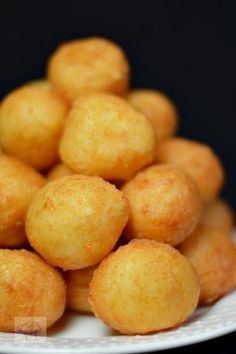 Bulete de cascaval - CAIETUL CU RETETE Baby Food Recipes, Cooking Recipes, Great Recipes, Helathy Food, Good Food, Yummy Food, Romanian Food, Appetizer Recipes, Food Dishes