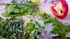 Even a small amount of fresh herbs can double or even quadruple the antioxidant power of a meal. The abilities of oregano to decrease chromosomal damage from radiation and marjoram to affect hormone levels in women with PCOS are put to the test. Cilantro, Canning Homemade Salsa, Antidepresivo Natural, Best Herbs To Grow, Smoothie, Growing Herbs Indoors, Indoor Vegetable Gardening, Herb Gardening, Indoor Garden