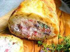 Combien de fois avez-vous goûté à ces petites tranches de pain fourrées au saumon et fromages fins? Il est facile et rapide d'en cuisiner à votre tour.  … Lire la suite →