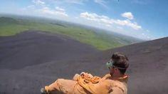 Vídeo: Volcano boarding: la experiencia de usar la ladera de un volcán como tobogán Noticias de YouTube. Es una experiencia de lo más divertida. El conocido como volcano boarding no es otra cosa que deslizarse con una tabla sobre la ladera de un