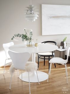 White Dining Table, Round Dining Table, Dining Area, Kitchen Dining, Dining Room, Dining Corner, Home Furniture, Furniture Design, Home Office Organization