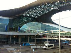 러시아 쉐르메테보 국제 공항 터미널 D 악명 높았던 입국 심사는 간데 없고 입국 신고서도 이제는 필요 없다. 삼년만에 러시아 많이 좋아졌다.   하지만 짐 분실 클레임 하는 곳에는 긴 줄이 쭈욱 기술이 좋아졌고 세상이 발달 해도 안변하는건 있다.   2012.09.07 러시아 모스크바