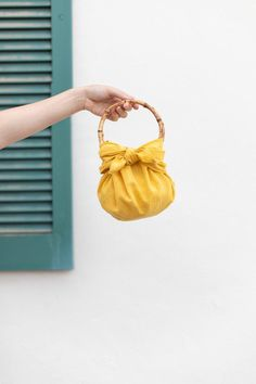 DIY No Sew Furoshiki Purse (with handles!) | ctrl + curate Wrapping Ideas, Bento Bag, Look At This Photograph, Furoshiki Wrapping, Origami Bag, Diy Bags Purses, Diy Purse, Blog Couture, Purse Handles